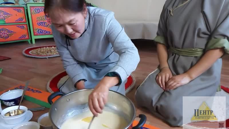 Участники акции Сохраним традиции Долаана Доскаар и Кара Куулар из г Чадан Приготовление топленого масла саржаг по тувинскому