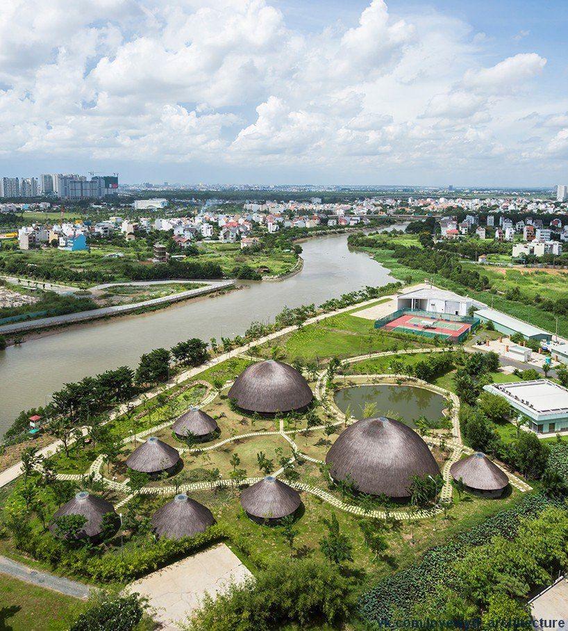 vo trong nghia architects создали восемь бамбуковой павильонов-хижин,контрастных по размеру, выступающих в качестве многофункционального пространства.