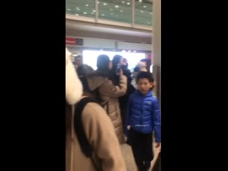 Dimash couldn't find his luggage. _exclamation_heart_All the fans helped him find it. _innocent_Finally ( 1333 X 750 ).mp4