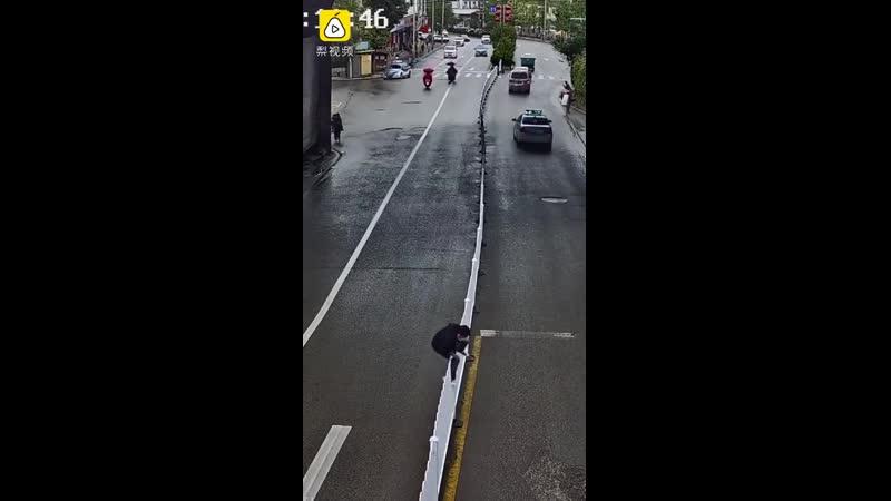 Пешеход тщетно пытаясь перебраться через забор на автомагистрали рассмешил сеть