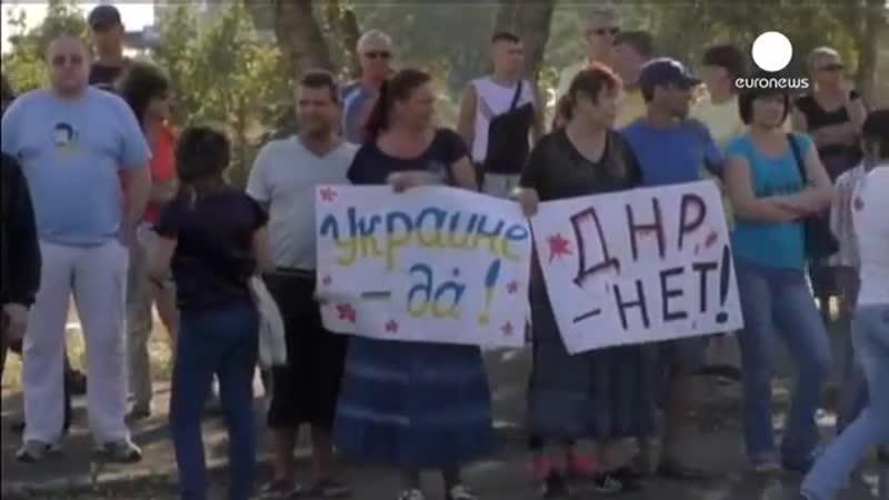 Жители Мариуполя выстроились в живую цепь под украинскими флагами 30 августа 2
