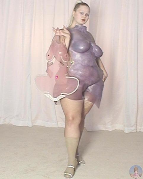 Sinéad ODwyer делает одежду из очень пластичного материала, который полностью повторяет форму тела