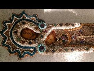 Старинная вышитая бисером икона Гефсиманская плащаница крупным планом. Старинная вышивка 19 века.