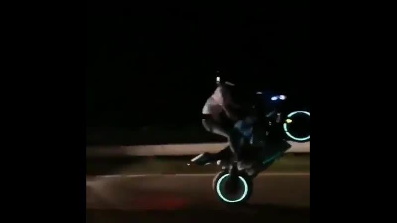Опасный стиль вождения 😱 motoekip   Подписывайтесь: vk.cc/91B7M0 Напишите нам: vk.cc/91B8p0