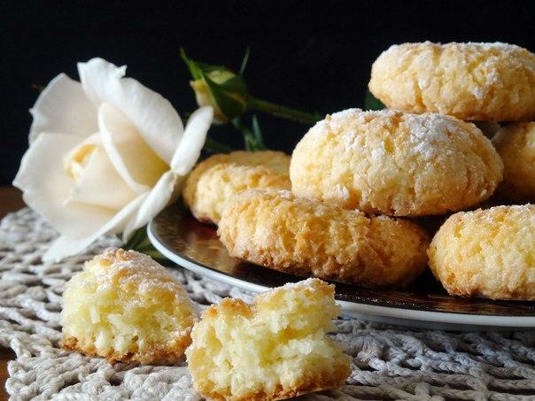 Гхуриба с кокосом. А это что за чудо-печенье Гхуриба - традиционное марокканское печение. В Марокко можно встретить несколько его разновидностей: с кунжутом и тахиной, с миндальным орехом,с