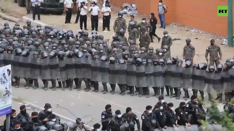 Караван из тысяч мигрантов из Гондураса направляющихся в США оказался заблокирован силовиками в гватемальской деревне