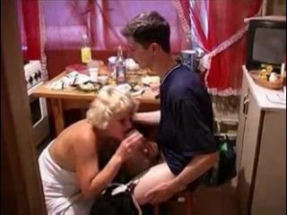 Бухая мама просит сына выебать её на кухне | incest drunk mom son mature inzest incezt mother инцест мамка зрелая минет секс