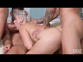 3 друга трахают пышную блондинку, sex fuck busty blond porn milf girl group orgy pussy man hard big tit ass boob (Hot&Horny)