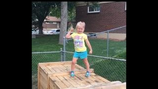 Девочка на полосе препятствий во дворе. Такой тренажёр сделал папа для своей дочки