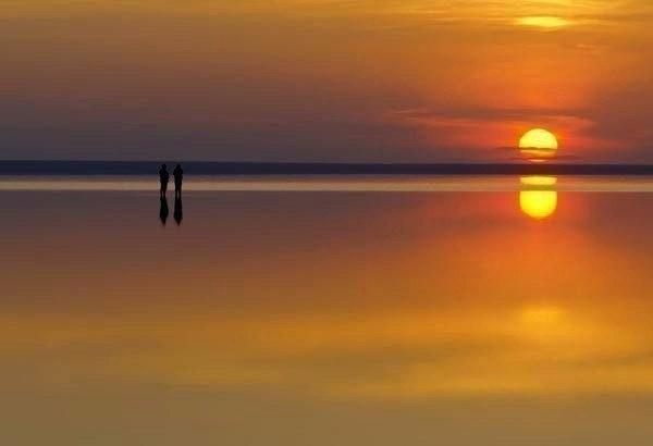 Следуя своим путём, не хватайте никого за руки, пытаясь тянуть за собой, но и не отталкивайте тех, кому с вами по пути.