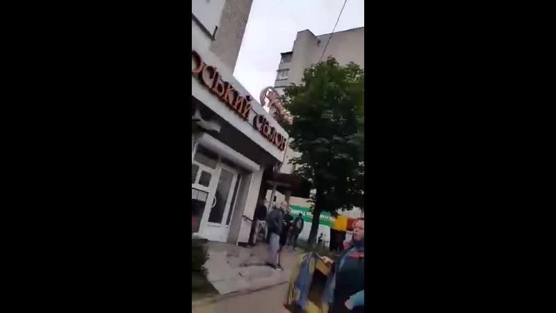 В Черновцах нелюди-полицейские скрутили пенсионера за продажу овощей в неположенном месте.
