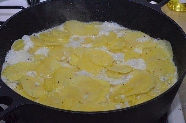 """""""Лодочки из картошки в мундире""""   Ингредиенты: - 8 крупных..."""