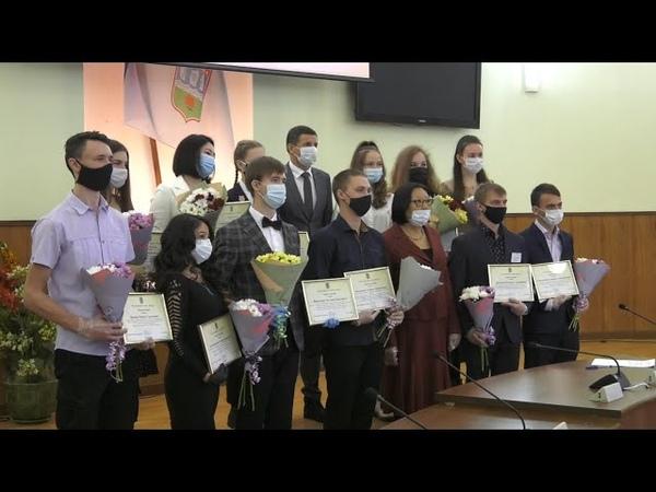Вручение именных стипендий Главы республиканской столицы лучшим студентам Абакан 24