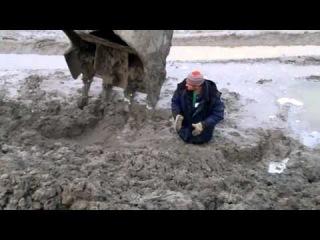 Мужик увяз в грязи  A man drowned in Russia in the mud