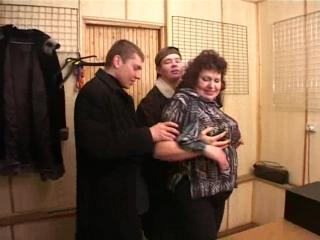 Русское порно со зрелыми. Два паренька трахают старую жирную тетку