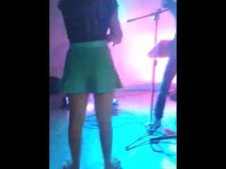 Menina dancando na festa