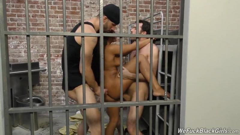 Порно посещение тюрьмы охранник, полнометражные оргии обмен женами