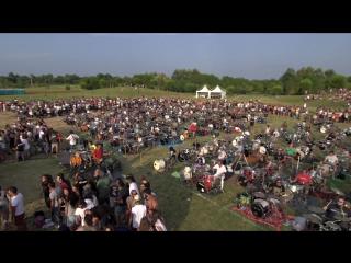 1000 музыкантов впечатляюще сыграла хит Foo Fighters