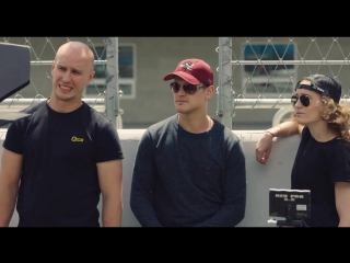 Каскадер из фильмов про Бонда и Мстителей сделал сальто над болидом Формулы Е