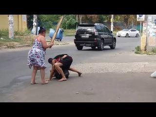 Женщина избивает мужиков доской