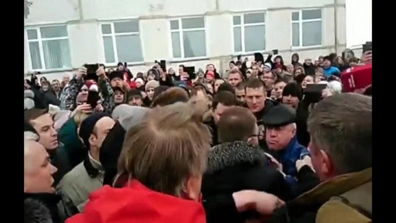 Как сегодня жители задыхающегося от сероводородной вони Волоколамска встретили главу своего района Гаврилова.