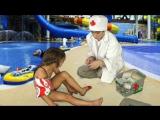 Дети играют в доктора - травма в аквапарке