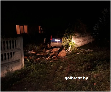 В Брестском районе легковушка протаранила забор частного дома