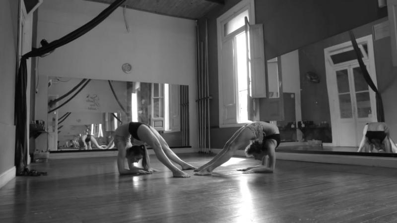 Camila Sesma y Belén Bergman Dúo de contorsiones