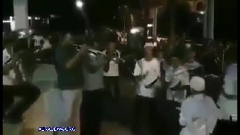 Umat Muslim memainkan lagu Christmas