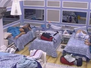 01-03-2017 - Parte 42 - Marcos e Emilly se levantam e depois voltam a deitar no quarto azul - Parte 5