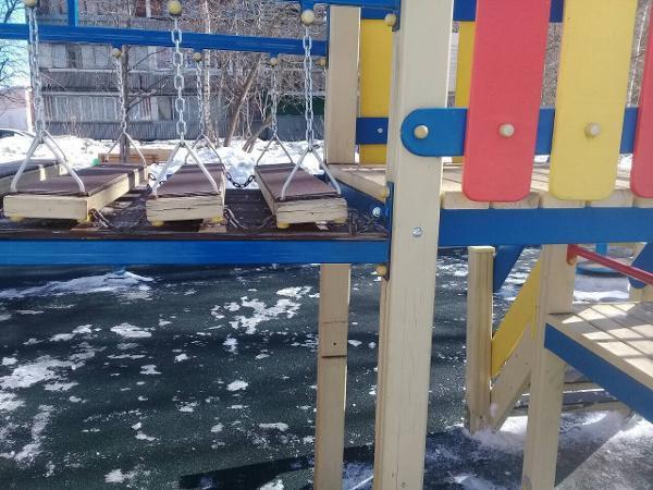 Детская площадка на Зеленоградской вновь стала безопасной