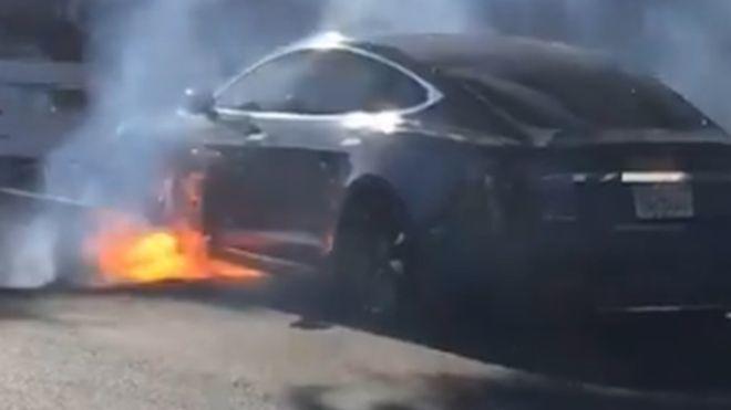 В Калифорнии электромобиль Tesla загорелся во время движения.
