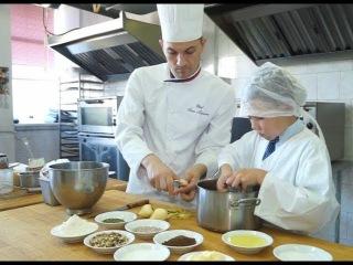 """Сбылась маленькая мечта юного кулинара Антона - он побывал на кухне ресторана """"Н ..."""