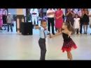 Отжигающий парный танец малышей
