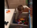 Младший сын Дарьи Пынзарь Давид вот так своеобразно решил помочь маме с уборкой