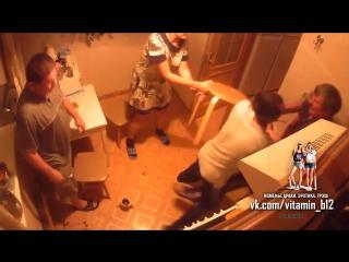 Драка соседей на кухне в коммуналке из-за табуретки. Скрытая камера ссора жесть!