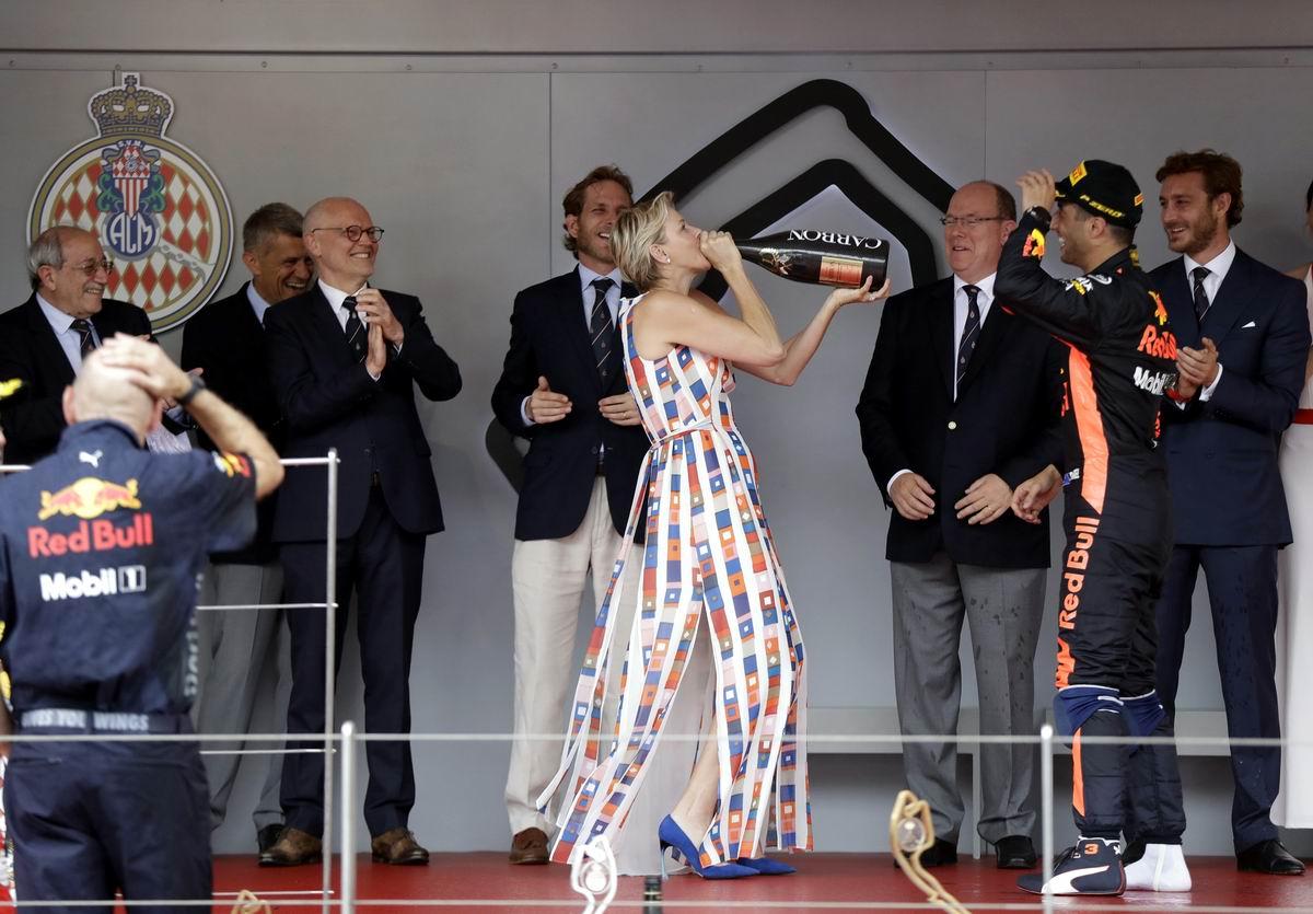 По маленькой, по маленькой, чем поят лошадей: Монакская принцесса снимает пробу шампанского