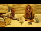 Красивая девушка классно поёт