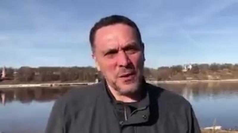 Странно что он записывает это помпезное видео на рыбалочке а не в добровольческом батальоне Асада в сирийском окопе