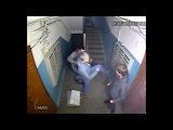 Подростки ломают почтовые ящики в подъезде
