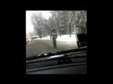 Отец-велосипедист с ребенком на плечах нарушил ПДД на заснеженных улицах Москвы