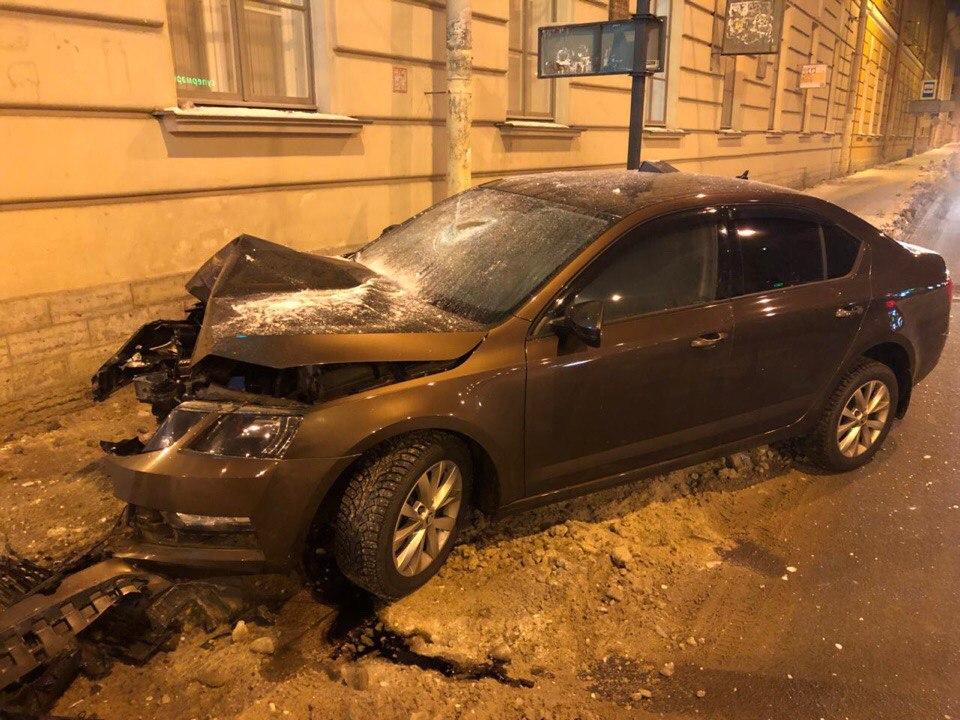 Пьяный водитель врезался в столб и устроил драку с сотрудником ДПС. Видео с задержанием