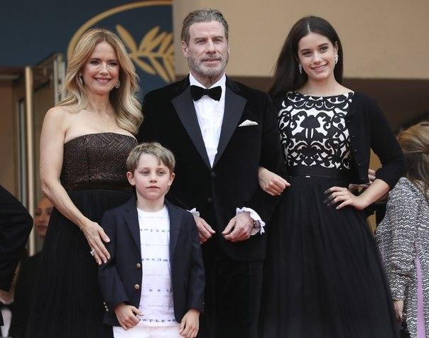 Джон Траволта впервые вышел в свет с семьей после смерти сына