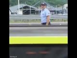 Полицейские спасают утят