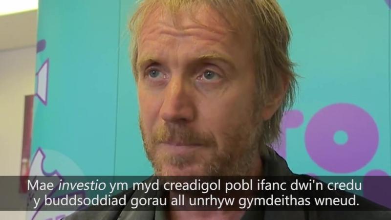 Rhys Ifans 'Byth digon o gyfleon' i'r Gymraeg