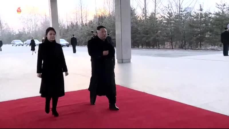 조선로동당 위원장이시며 조선민주주의인민공화국 국무위원회 위원장이신 우리 당과 국가 군대의 최고령도자 김정은동지께서 중화인민공화국을 방문하시기 위하여 평양을 출발