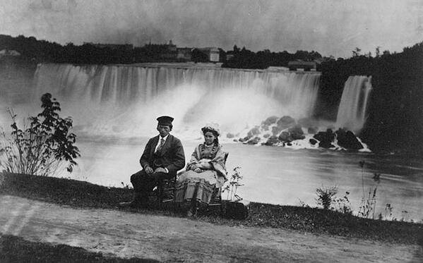 Молодой человек с подружкой с канадской стороны Ниагары, Канада, 1858 год.