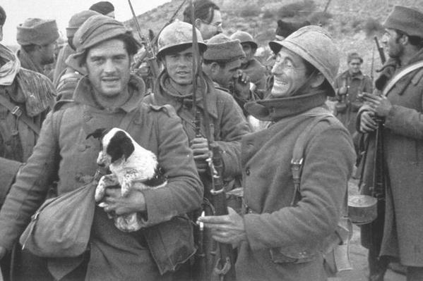 Британский писатель Джордж Оруэлл со щенком во время гражданской войны в Испании, 1937 год.