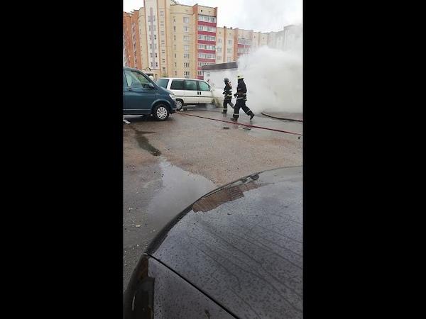 Самовозгорание авто, 3 огнетушитель не помогли. Пажарные красавцы, приехали за 4 минуты.