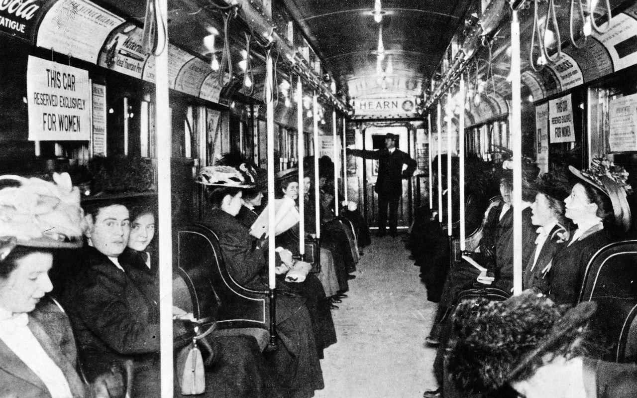 """Вагон """"только для женщин"""" в нью-йоркском метро, 1919 год."""